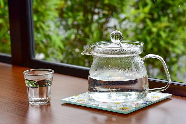 下午5~7点钟是膀胱经流注的时间,也是身体代谢排毒最旺盛的时间,在此时喝水有利于排毒。(Shutterstock)