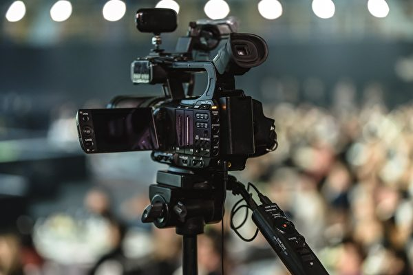 厄瓜多电视记者直播 持枪歹徒闯入抢劫