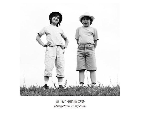從姿勢上可以看出左右兩個小男孩不同的性格。(商周提供)