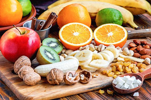 中医师推荐7种年节健康零食。这些食物,不但美味,还具降三高、防癌、控血糖等养生功效。(Shutterstock)