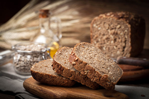 Shutterstock,Wholemeal,Bread,With,Sunflower,Seeds.,Dark,Light. 全麥麵包,纖維