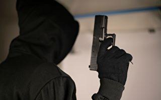 为保护母亲 14岁女儿挥砍刀击退持枪劫匪