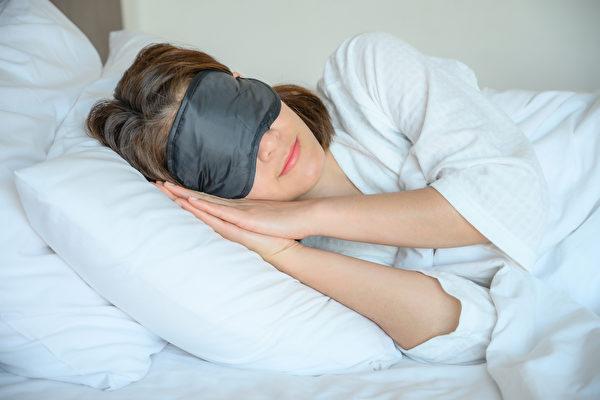 睡眠能提升免疫功能,还让新冠疫苗效力更好。(Shutterstock)