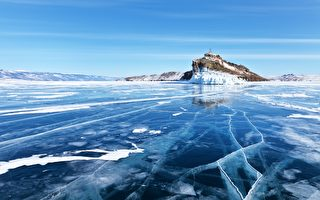 俄男在结冰湖面滑冰 传来异世界的声音