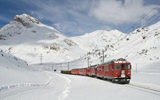 印度火車停靠白雪皚皚的山區 引人入勝