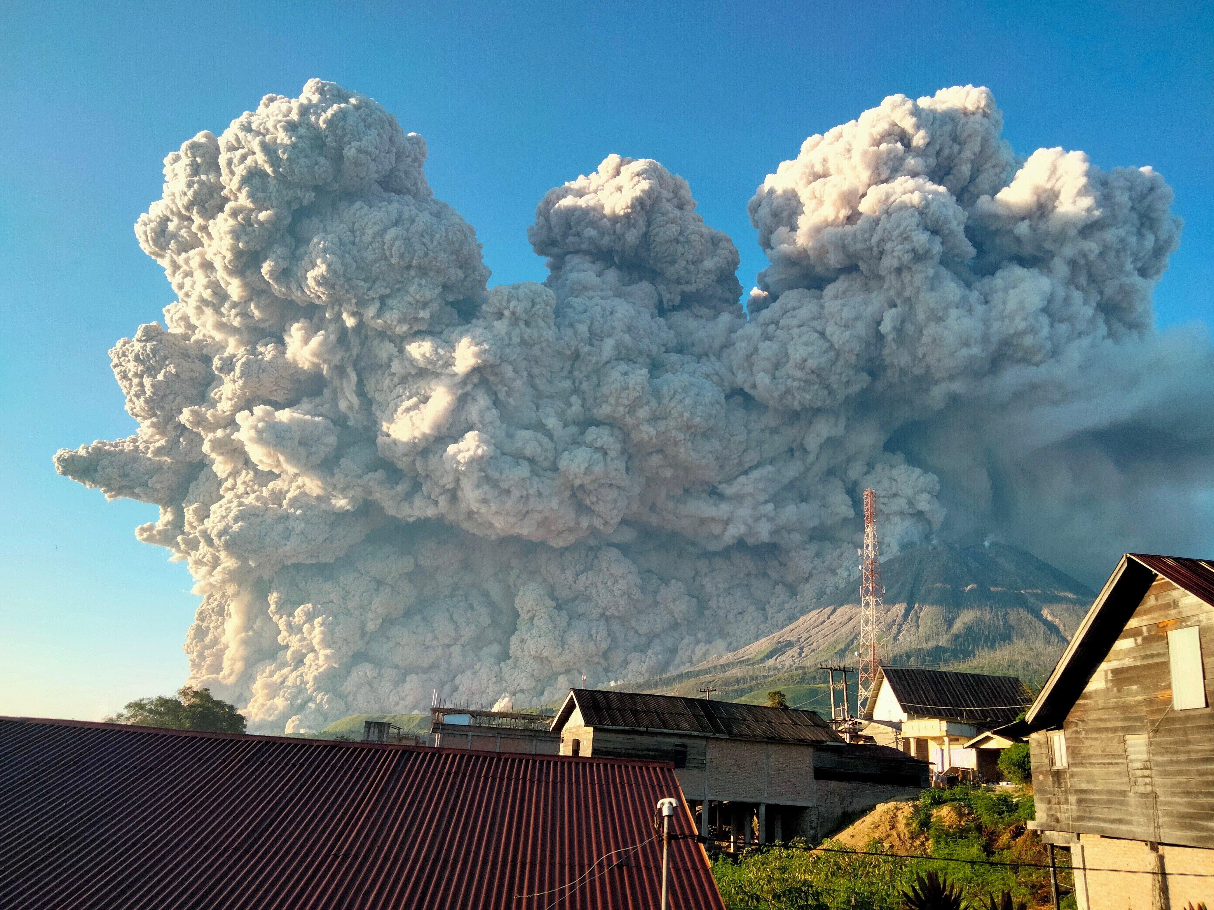 組圖:印尼火山噴發 煙塵衝天高達五千米