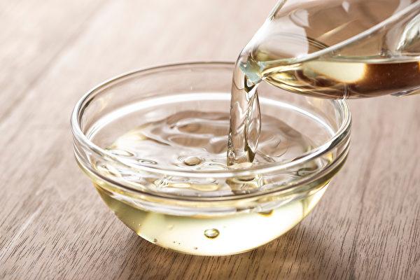 用米醋洗頭髮,能改善頭皮血液循環,止癢、防脫髮和去頭皮屑。(Shutterestock)