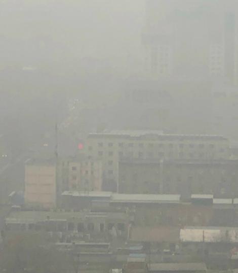 3月4日中共兩會首日,北京出現重度陰霾天氣。圖為在京網民貼出北京的陰霾天現況。(微博圖片)