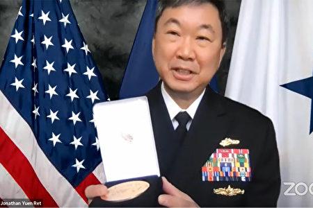海军少将阮启荣(Jonathan Yuen)出席国会金质奖章线上颁奖仪式。