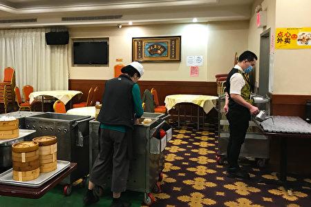东来大酒店柜台旁的推车上,蒸着一笼笼的点心,方便客人随时外带。