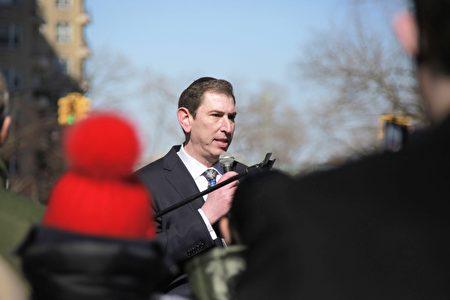 市議員康德全在市長官邸瑰西園外集會,抗議在布碌崙羊頭灣興建遊民收容所。
