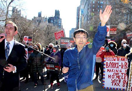 圖為市議會第29選區候選人臧東慧(揮手者)出席集會,支持布碌崙羊頭灣民眾訴求。左一為市議員康德全。