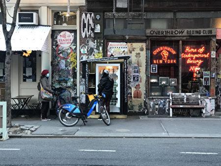 有市民来曼哈顿这个提供全素食的社区冰箱领取免费食物。