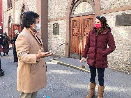 社区人士李宗保(Don Lee)(左)向纽约曼哈顿区长候选人、州长库默前助手林赛・博伊兰(Lindsey Boylan)(右)介绍华人为何不爱报案。