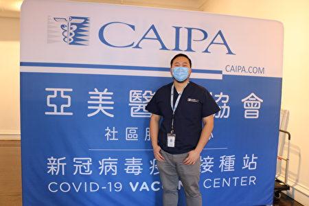 亞美醫師協會(CAIPA)的臨床主任鄧穎智(Alex Tang)介紹說,這個法拉盛的臨時疫苗點兩天預計為500多人接種。