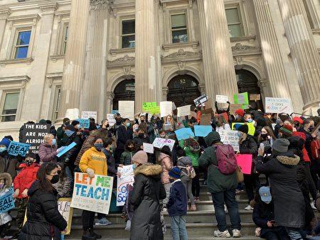 """數百學生和家長在紐約市曼哈頓市政廳前集會,要求市府廢除""""兩例確診即關校""""的條例,對公校一周開放5天。"""