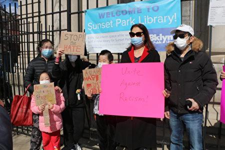 """李江华(Jimmy Li)(右一)是当天活动的发起人,他说要和其他社区一起合作,向所有歧视和暴力事件说""""不""""。"""
