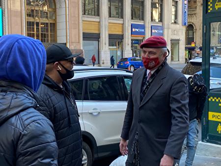 共和黨紐約市長參選人、非營利組織創建者、媒體人Curtis Sliwa15日在賓州車站前與市民交談。