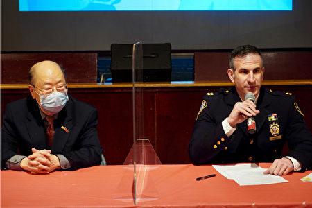 纽约中华公所主席于金山(左)与纽约市警第5分局局长张保罗(Paul Zangrilli)。