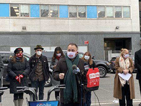 市议会议长张晟16日在西奈山医院前支持护士。