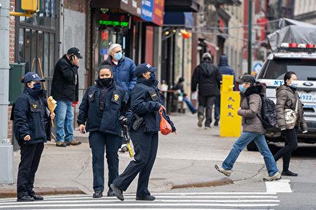 乔州16日晚发生枪击案后,纽约市警局加派警察在曼哈顿华埠巡逻。图片摄于2021年3月17日。