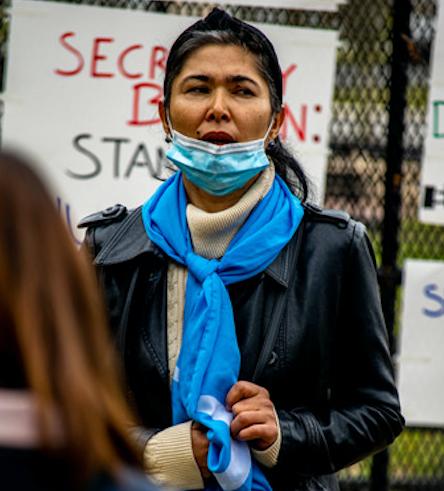 维吾尔妇女齐亚乌墩在中共的集中营曾被轮奸。她在3月17日的活动上发言。