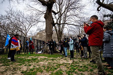 二十个组织的代表3月17日在华盛顿发起运动,呼吁拜登政府和美国人民起来抵制2022年北京冬奥会,活动吸引了很多媒体到场。