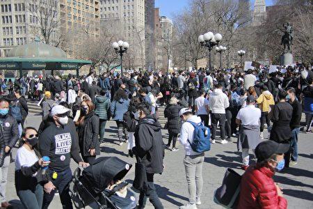 非裔民眾身穿「黑人命也是命」(BLM)參加集會。