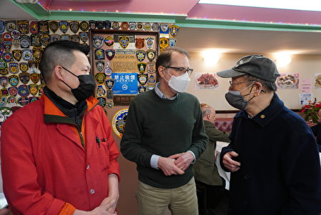 """图中人物(左起)为""""合利大饭店""""经营者Johnny Mui、曼哈顿区长候选人李文(Mark Levine)、纽约中华公所主席于金山(Justin Yu)。"""
