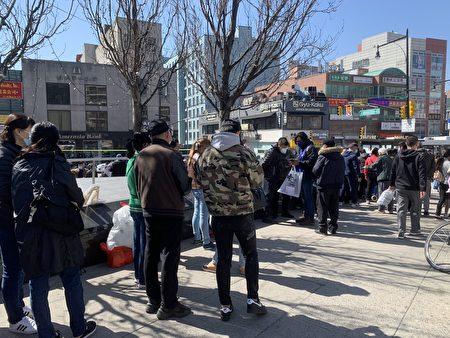 民眾在法拉盛圖書館外排長龍,等待預約。