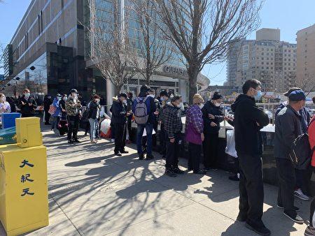 法拉盛圖書館的疫苗點目前面向市府雇員和85歲長者。在圖書館外面,工作人員在為民眾預約疫苗注射,他們可到其它疫苗點注射。