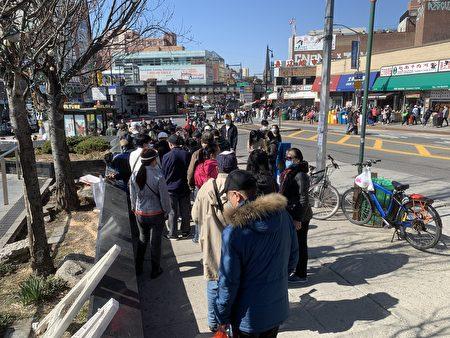 民眾在法拉盛圖書館前排隊,預約打疫苗。