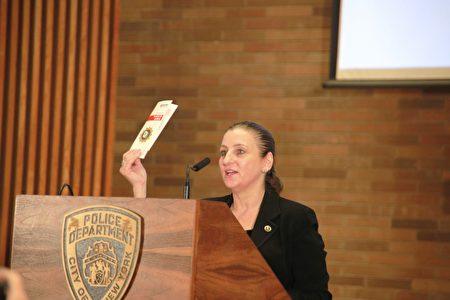 图为纽约市警局仇恨犯罪小组指挥官柯瑞(Jessica Corey)副督察。