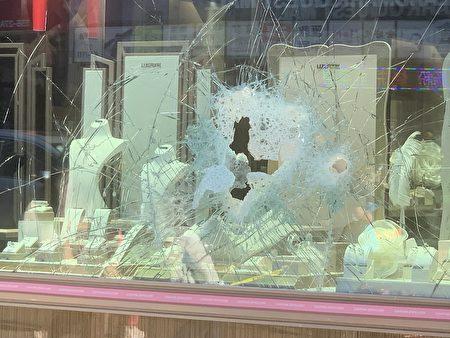 六福珠寶的櫥窗被打爛,有一個口子,裡面的珠寶及盒子凌亂。
