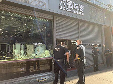 警方在法拉盛「六福珠寶」外調查。