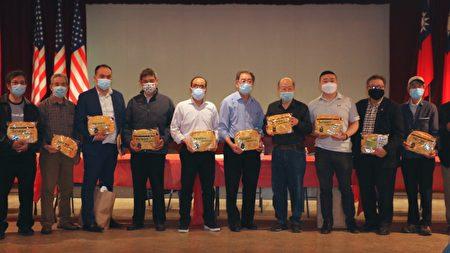 3月26日,紐約中華公所的常務議員會議結束后,主席于金山給與會者派發防疫禮包,里面有幫助防疫的口罩和香皂,該禮包由中華民國僑委會提供。