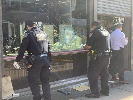 櫥窗被打出一個洞,地上遺落一把懷疑是歹徒用來砸爛櫥窗的鐵鎚。