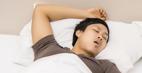 睡覺打呼可能是阻塞型睡眠呼吸中止症,若不治療,會增加日後罹癌機率。(Shutterstock)