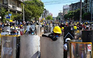 组图:仰光民众响应全国大罢工 抗议缅甸军方