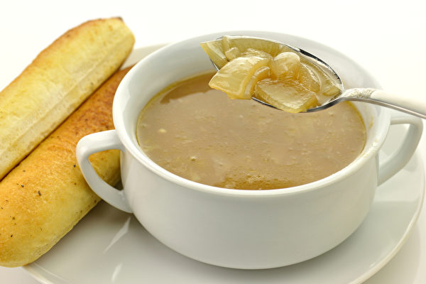 感冒時喝洋蔥湯,有助疏緩感冒,讓體力恢復較快。(Shutterstock)