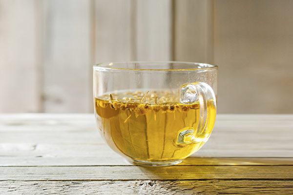 加入麥冬、菊花、西洋參泡成的茶飲,可改善眼睛乾澀疲憊感,延緩老花眼的發生年齡。(Shutterstock)