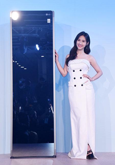 蒸气电子衣橱呈现250%成长,新推出加大容量款。图为女星吴姗儒(Sandy)出席发表会。