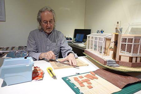 英国艺术家Gerry Welch在中原大学艺术中心准备的工作室一隅为观众介绍袖珍屋制作细节。