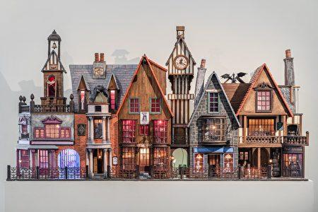 """袖珍屋作品""""哈利波特斜角巷""""耗时九个月打造,呈现魔法世界六栋特色商店。"""