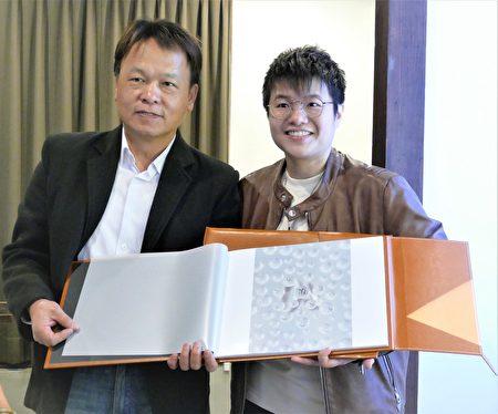 3月2日,邱郁净在台中文学馆的个人摄影展开幕式中,赠送她得奖的摄影作品集予曾能汀副局长。