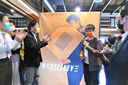 """台中文学馆将于3月2日至3月31日举办""""邱郁净 #krisalive 个人摄影展"""",开幕式当天参与贵宾为""""人生就是不断摄掠新的视角""""主视觉揭幕。"""