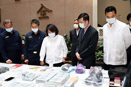 起獲涉案制式槍枝2枝、空氣槍2枝、車輛3部及現金一千餘萬贓款等大量贓證物。
