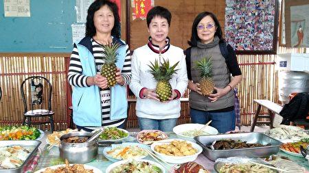 彰化田中镇长洪丽娜(中)带头飨凤梨餐。