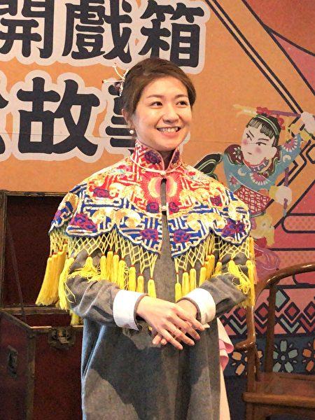 传统戏曲里的云肩与头饰展示。