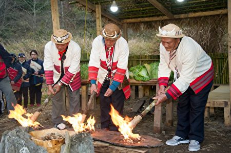 泰雅族耆老进行洒净仪式,用传承的意涵,以打火石取火。